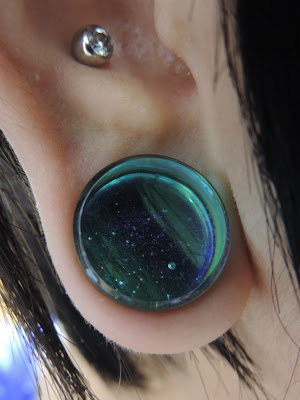 Deluxe dichroic plugs (Turquoise pink)装着画像