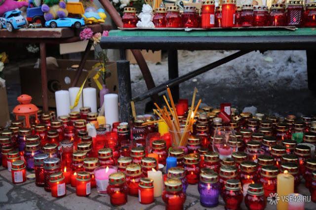 """Помним и скорбим: кемеровчане возложили цветы и игрушки к мемориалу около ТЦ """"Зимняя вишня"""""""