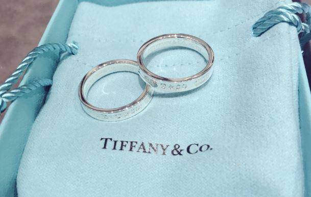 """c18ae833ca59 ... JungkooK y V llamaron la atención de sus fans al ser descubiertos  usando un anillo de pareja. Este articulo costoso de la marca """"Tiffany   Co""""  fue un ..."""