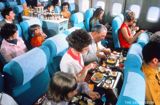 وقد بدت وجبات الدرجة السياحية أقل إثارة للإعجاب في الستينات, ولكنها تظهر في هذه الصورة في الثمانينات أكثر مما نحصل عليه على متن الطائرة في هذه الأيام!