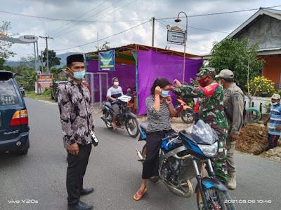 Upaya Memutus Matarantai Penyebaran Covid-19, Pihak Pekon Pampangan Bagikan Masker kepada Warga