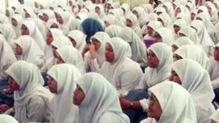 orang tua dari siswi non-muslim, di SMKN 2 Padang, Sumatera Barat. Memposting video beradu argumen dengan pihak sekolah tentang aturan kewajiban menutup aurat bagi seluruh siswinya