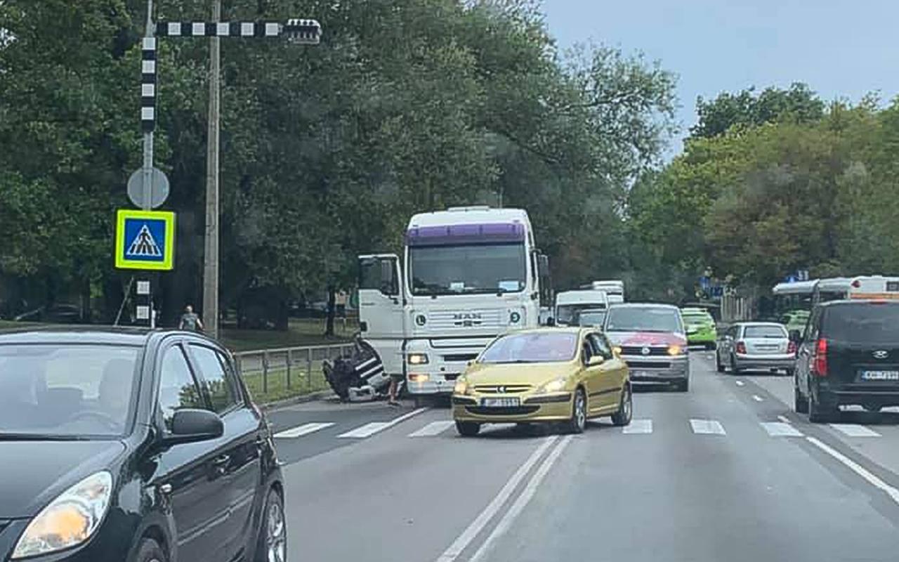 Dzirciemā no kravas mašīnas nokrīt dzinējs