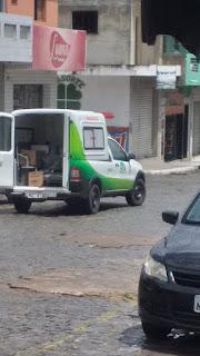 Confira Ambulância  da cidade de Remígio no interior da Paraíba é flagrada levando quentinhas e material de limpeza