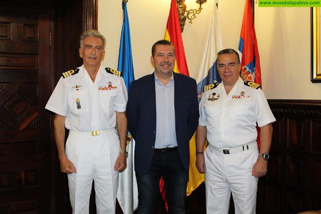 El alcalde Juanjo Cabrera despide al comandante de la Ayudantía Naval de La Palma