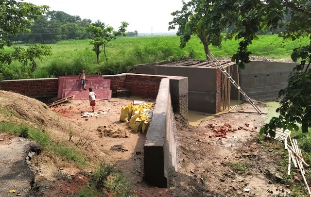 माधोपुर के बागमती पर मनरेगा से निर्माण हो रहा पुल