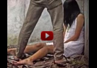 Donna picchiata con un bastone in India - il video