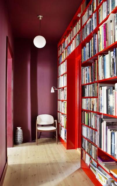 Betonung eines stets vernachlässigten Raumes: der Flur trumpft in abgestimmten Rottönen auf und verbirgt zudem ansprechend das Bücherregal in der Wohnung