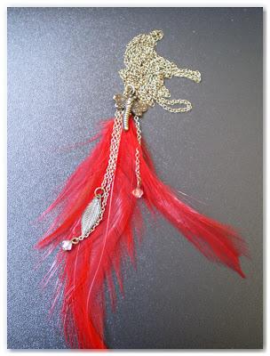 sautoir plumes rouge vif et libellule