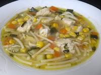 Receta de sopa de pollo con verduras y maíz.