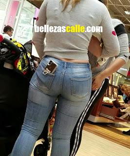 Rubia pantalon apretado buena cola redonda parada