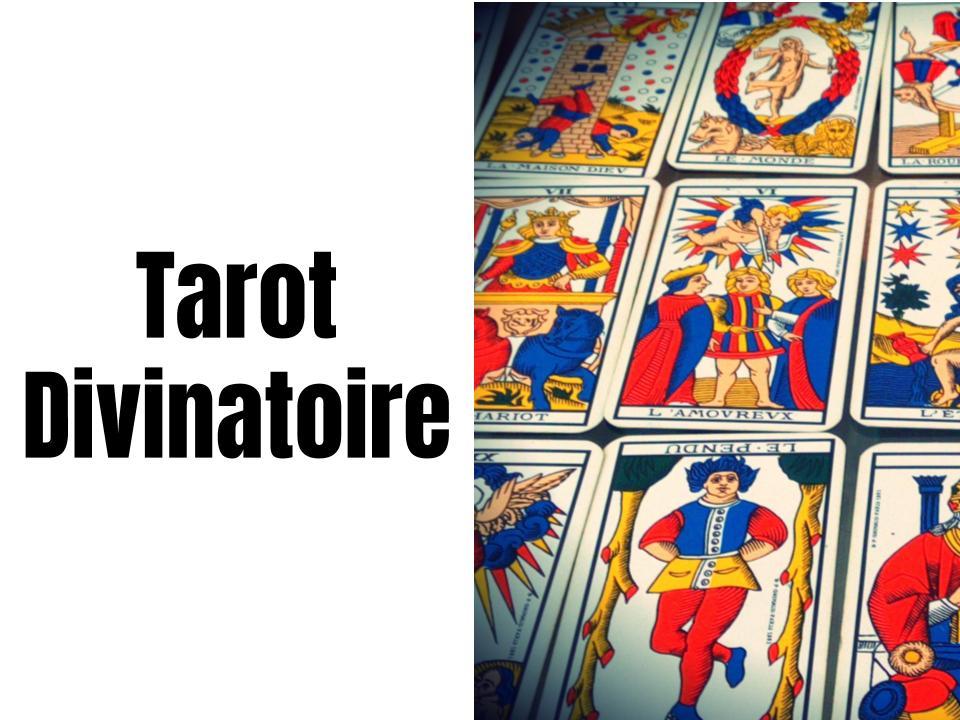 A gauche, il est écrit : tarot divinatoire et à droite, on voit plusieurs cartes de tarot divinatoire alignées.