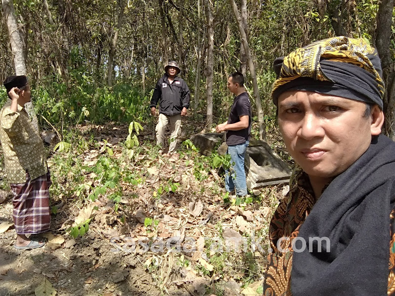 Situs Glapan : Saya, Mas Seno, Pak Nanang, dan Bapak Kyai Ahmadi. Maturnuwun Pak