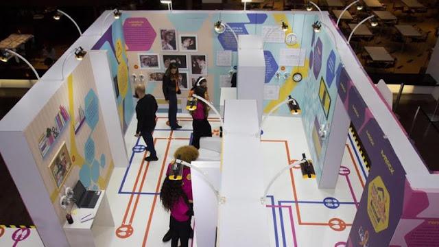 A imagem mostra várias pessoas dentro de um protótico de casa acessível