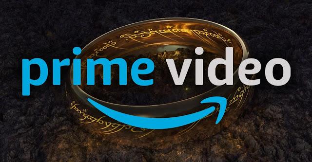 Consta logotipo do Prime Video em azul em primeiro plano, sobre o Um Anel em segundo plano