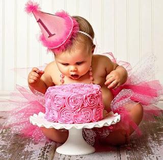 Gambar Foto Bayi Lucu Terpesona Lihat Kue Ulang Tahun
