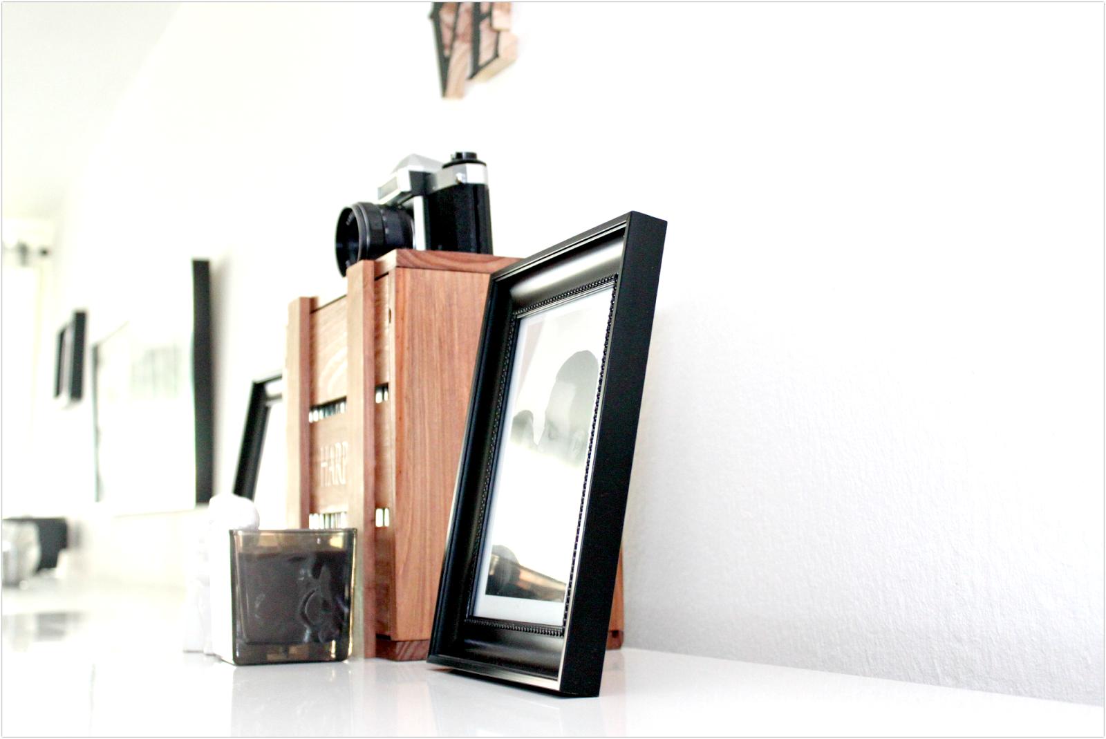 półka z dekoracjami