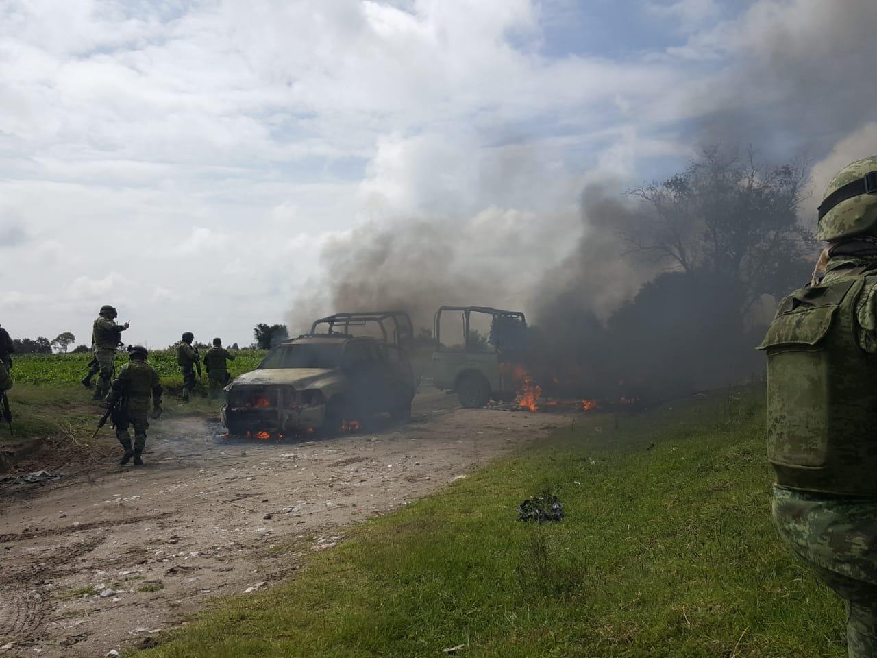 Imágenes, Huachicoleros emboscan y queman camionetas de PEMEX en Tepeaca; Puebla