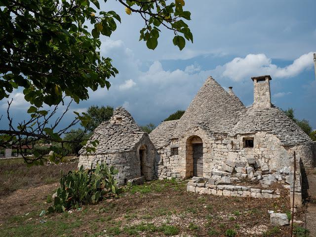 Trullo antiguo de piedra en los alrededores de Locorotondo