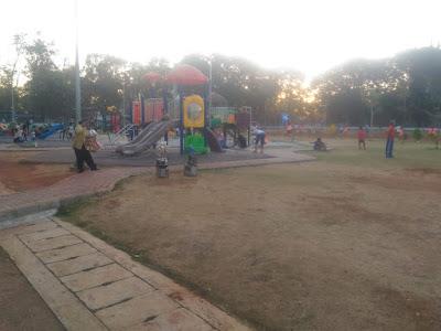 Arena bermain anak di lapangan banteng