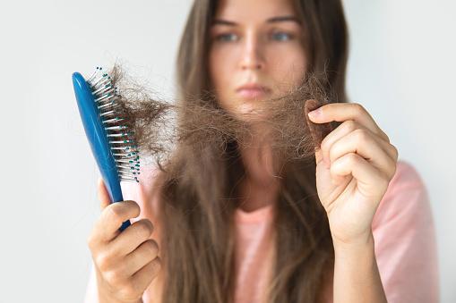महिला बालों के झड़ने के 7 आम कारणों पर एक नज़र