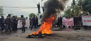 Gabungan Aliansi Mahasiswa Melakukan Demontrasi Depan Kantor Bupati dan Polres Gowa