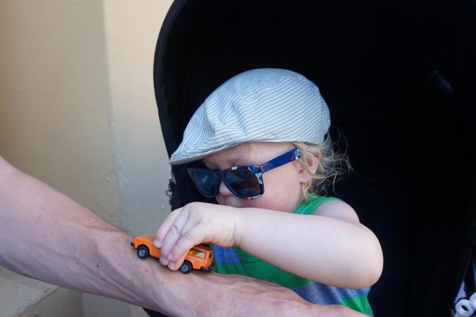 Lasten kanssa matkatessa häviää tavaroita, kuten kuvan aurinkolasit ja pikkuauto. Kuva otettu Puerto Ricossa.