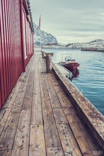 Ponton sur le port d'Henningsvaer
