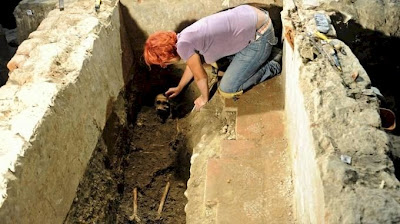 Excavating a skeleton purported to be that of Lisa Gherardini, Mona Lisa.