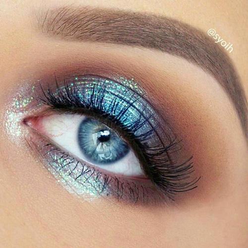Maquillaje de ojos azules con sombra azul brillante