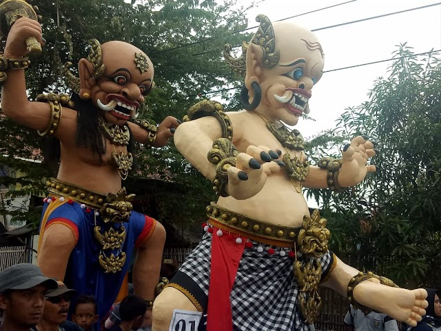 Ribuan Warga turun ke jalan. Karnaval Budaya di Indramayu ini sukses digelar.