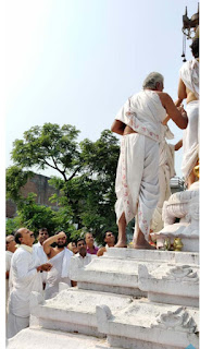 महावीर बाग मंदिर की द्वितीय प्रतिष्ठा वर्षगांठ दिवस पर मुख्य शिखर पर हुआ ध्वजारोहन