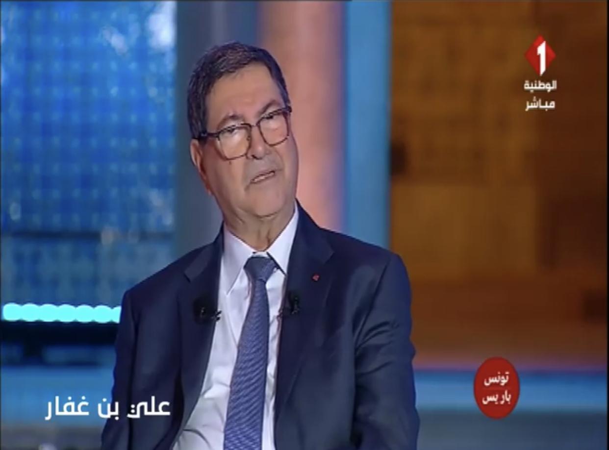 بالفيديو: تعرض رئيس الحكومة السابق الى جلطة في المباشر و نقله الى المستشفى العسكري