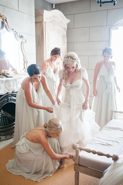 Demoiselles d'honneur en robes blanches longues en mousseline