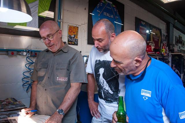 """Agresti autografando algumas velhas revistas """"Motoshow"""" e Tite e Diego tietando o cidadão!"""