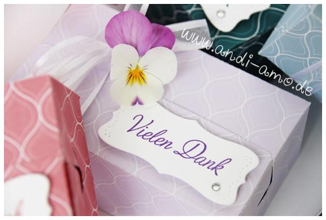 Kleine Päckchen dekoriert mit Blüten andi-amo