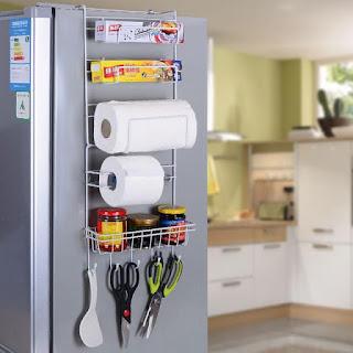 冷蔵庫横のハンガーでキッチンの収納スペースを確保!