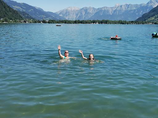 Mutter und Tochter baden im Bergsee Zell am See