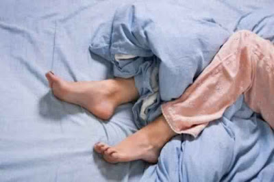 لماذا تضع قدميك خارج الغطاء اثناء النوم ؟ معلومة ستدهشك سبحان الله معلومة أول مرة أعرفها