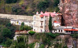 Το μοναστήρι νότια του Καρπενησίου που μοιάζει σαν να κρέμεται από τους βράχους