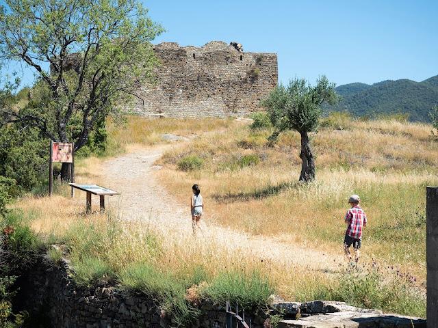 Niños subiendo por un camino hacia el castillo de Boltaña (Huesca)