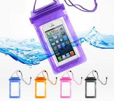 Membawa Pelindung Anti Air Waterproof untuk Smartphone -  Pelindung Anti Air Smartphone