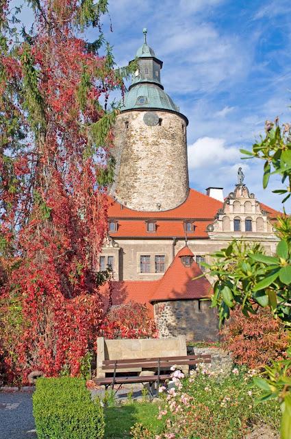 Zamek Czocha Leśna, góry w październiku, złota jesień
