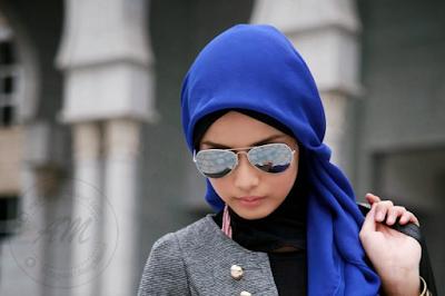 Panduan Rambut Kekal Sihat walaupun Bertudung | Rambut yang cantik, bersinar dan sihat lebih sukar dijaga oleh wanita yang berhijab. Tetapi ini bukan alasan untuk tidak bertudung pula bagi wanita yang beragama islam.  Bukan saja sering berhadapan dengan masalah rambut seperti berkelemumur, berbau, malah wanita yang berhijab juga sering mengalami masalah kulit kepala gatal kerana aliran udara yang tidak sempurna ketika bertudung. Aurat dan dosa adalah perkara utama untuk kita yang beragama islam. Agama di dahulukan.  Penjagaan rambut yang betul dan rapisangat penting untuk memastikan rambut sentiasa sihat serta cantik walaupun ia tidak perlu didedahkan kepada pandangan umum.  Beberapa Panduan Rambut Kekal Sihat walaupun Bertudung yang boleh diamalkan oleh wanita yang berhijab bagi mendapatkan hasil penjagaan rambut lebih sihat menawan.  Rajin Mencuci Anda tidak perlu mencuci rambut setiap hari, cukup setakat setiap 3 atau 4 kali seminggu. Apa yang penting adalah anda perlu menggunakan perapi rambut selepas syampu agar rambut sentiasa lembut, harum dan kuat.  Sekiranya ingin mencuci rambut pada seelah pagi, pastikan dicuci rambut 2 jam sebelum memakai tudung. Jangan memakai tudung ketika rambut masih basah ini kerana boleh membuatkan kulit kepala lembap dan gatal.  Keringkan Secara Semulajadi Biarkan rambut bebas dan jangan bungkuskan dengan tuala untuk membolehkannya kering semulajadi. Rambut yang panjang memerlukan masa yang lama untuk kering sepenuhnya secara semulajadi sebelum mengenakan tudung. Panduan Rambut Kekal Sihat walaupun Bertudung