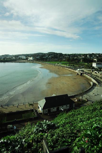 widok z klifu na morze i plażę