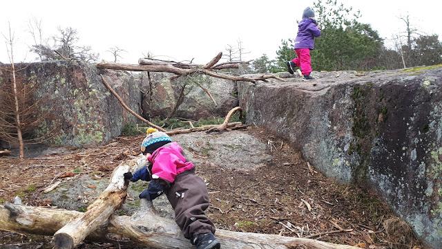 Korona, Korona-arki, ulkoilu, lapset kalliolla, kalliokiipeilyä, POP kuoritakki, Reima lakki