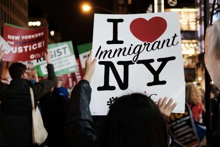 """Nueva York prohíbe llamar """"extranjero ilegal"""" a otra persona"""
