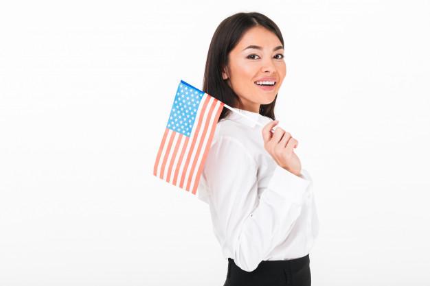 mulher segurando bandeira dos estados unidos eua
