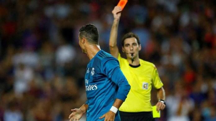 توقيف رونالدو لخمس مباريات بسبب دفعه الحكم خلال ذهاب كأس السوبر