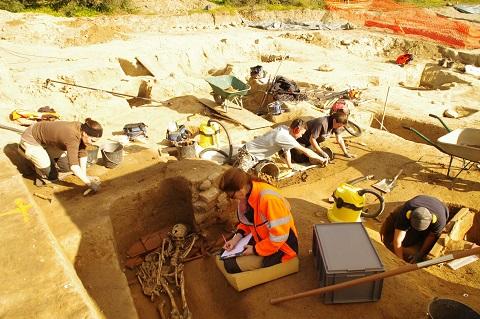 Corse: découverte d'une tombe étrusque dans un hypogée à Aléria